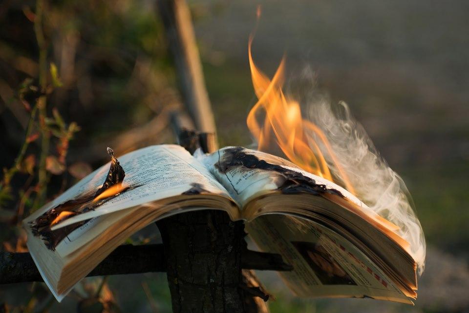 Carti pe foc - poezie de Alexandra Mihalache